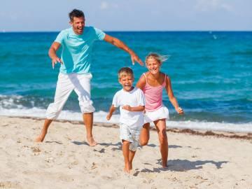 Une famille en bord de mer dans les Landes