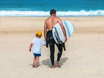 Des vacanciers vont surfer près de leur camping dans les Landes