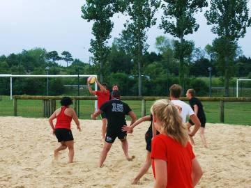 Des vacanciers jouent au rugby au camping