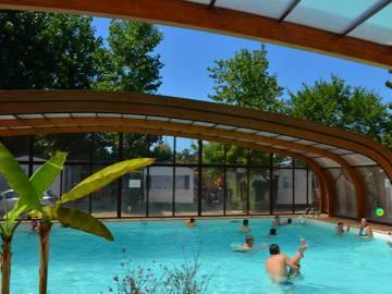 La piscine couverte et chauffée du camping 4 étoiles domaine de la Marina à Messanges